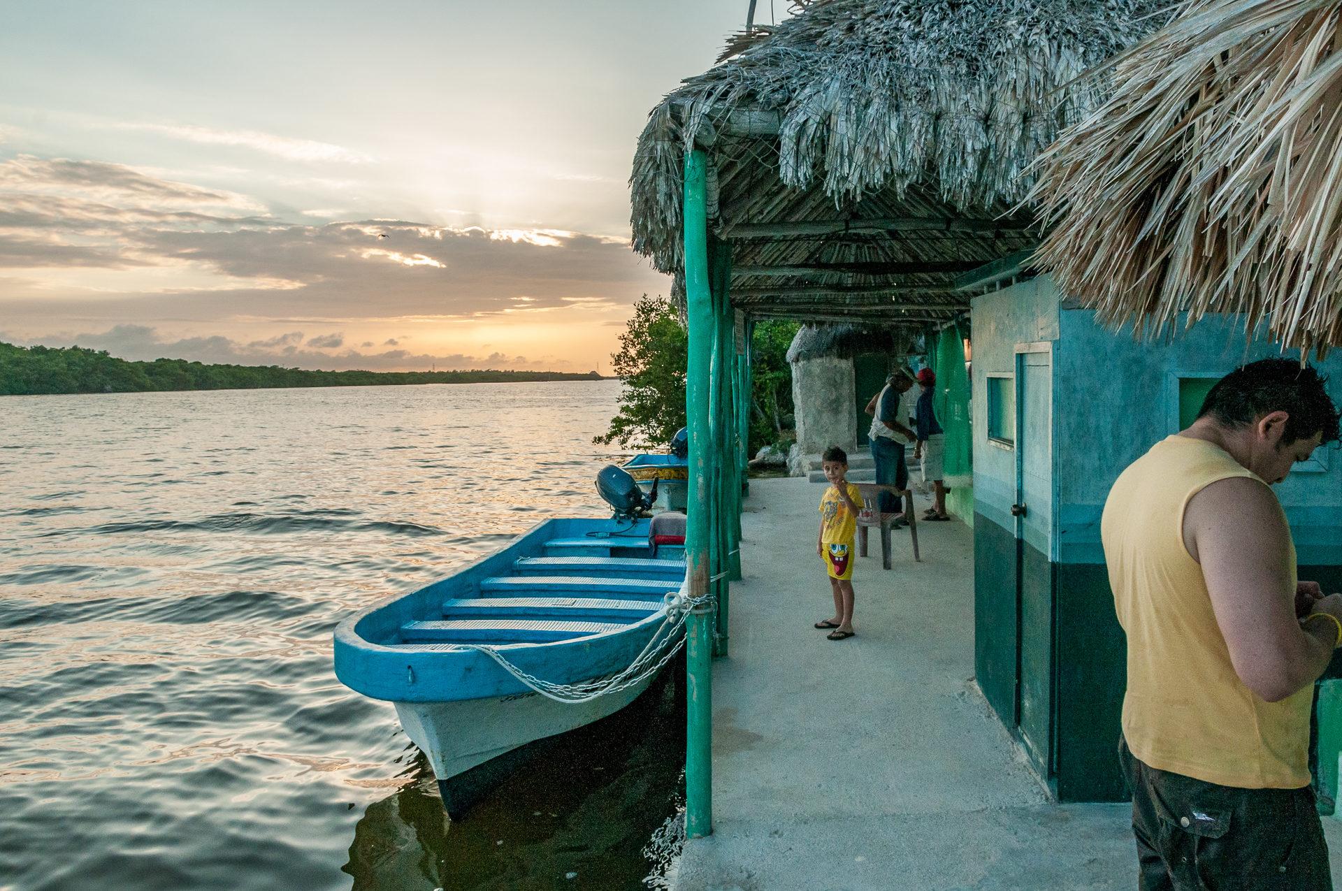 Mit dem Boot geht es zu El Corchito